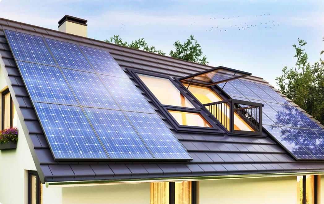 Zdjęcie przedstawiające panele fotowoltaiczne na dachu z otwartymi oknami.